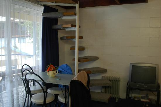 Aldan Lodge Motel: Spiral staircase to loft