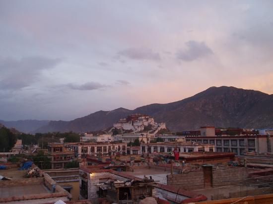 Lhasa, Kina: Potala at sunrise from the roof of our hotel