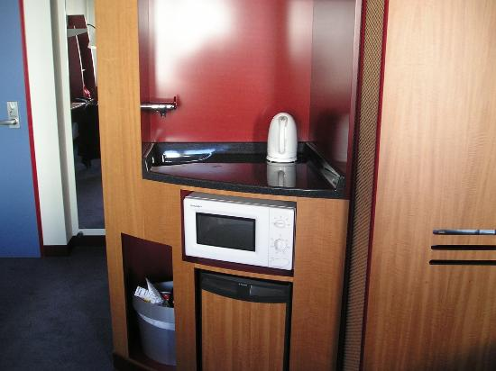 Novotel Suites Berlin City Potsdamer Platz: Sink, kettle and microwave's are provided