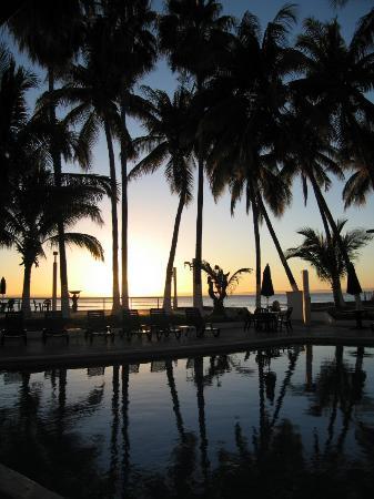 La Concha Beach Resort: sunset from the dining patio