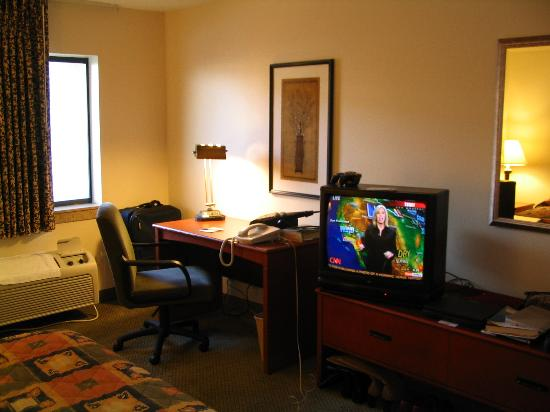 La Quinta Inn & Suites Albuquerque Journal Ctr NW : The TV and dresser in my room