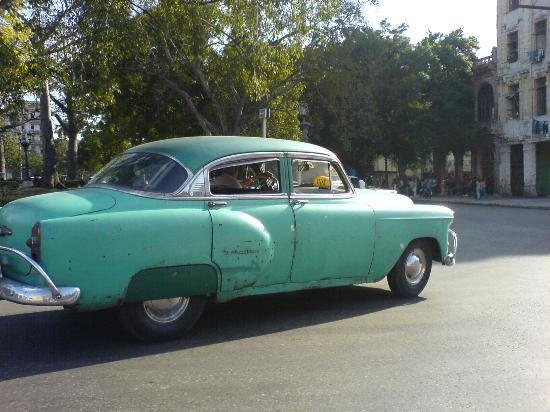 Hotel El Bosque: How do they keep them running? 1950's American automovil