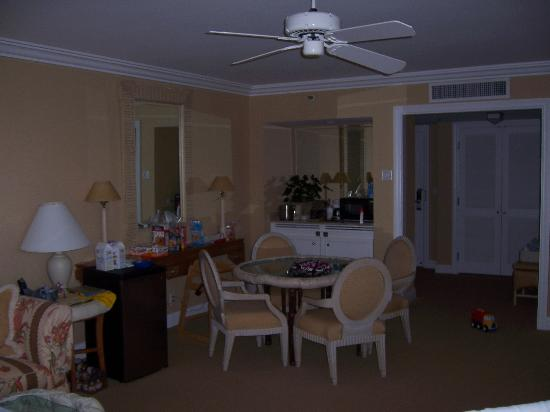Four Seasons: Dining Area of Suite