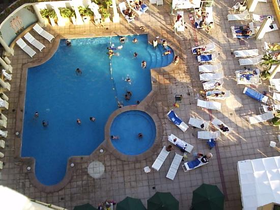 Romano Palace Hotel & Suites Acapulco: The pool from he 12th floor