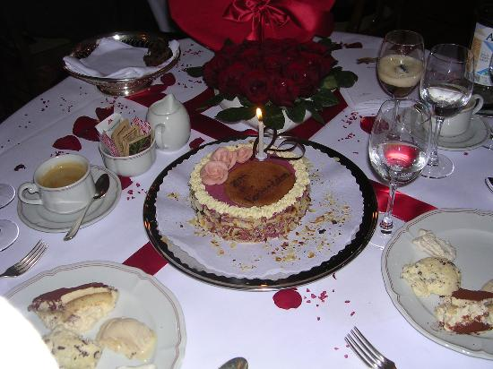 Grand Hotel Kronenhof: Decorated table and cake