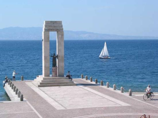 Reggio Calabria - Lungomare with Sicily in the background - photo by villetta mimma vittoria