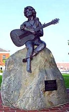 Dolly Parton's Stampede Dinner Attraction: Statue of Dolly Parton. Courthouse Square, Sevierville,TN
