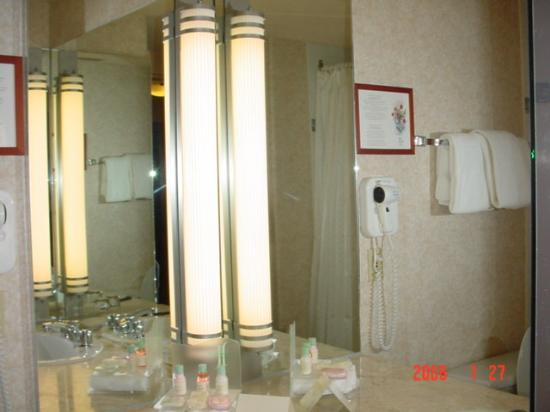 Delta Hotels by Marriott Quebec : Mirror and countertop with toiletries