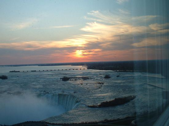Embassy Suites by Hilton Niagara Falls Fallsview Hotel : Early morning unrise from room veiw