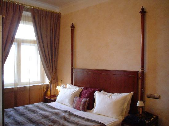 Smetana Hotel : comfy king sized bed room 408