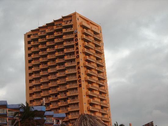 Romano Palace Hotel & Suites Acapulco: outside the Romano Palace