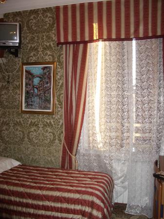 Hotel Cristina: single bed in quad
