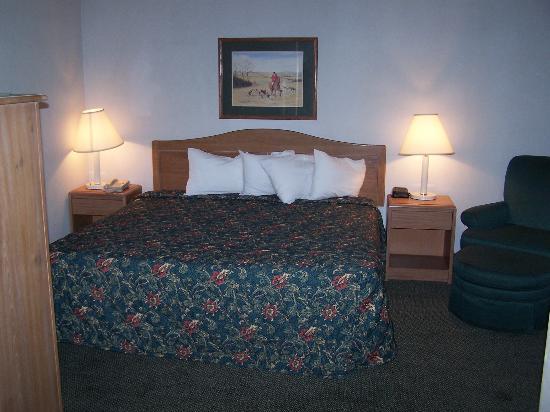 Quality Inn & Suites: 2 room suite - King bedroom