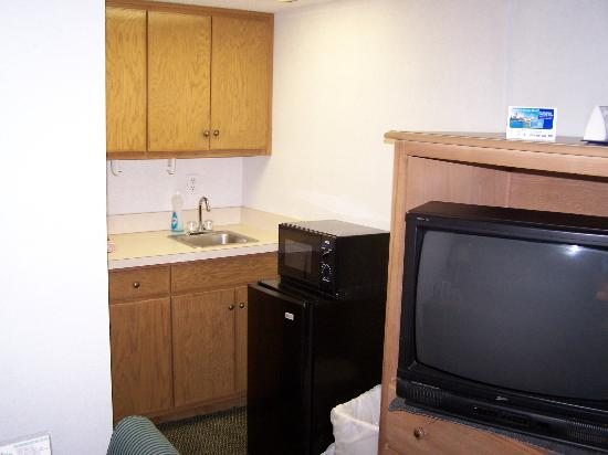 Quality Inn & Suites: small kitchen area