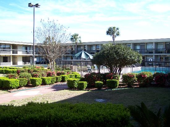Quality Inn & Suites: Courtyard - Pool - Golf putting green