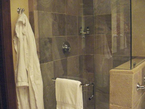 Four Seasons Resort and Residences Whistler: deluxe room bathroom