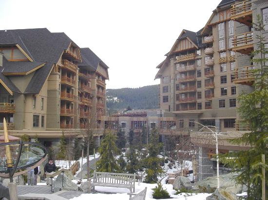 Four Seasons Resort and Residences Whistler: courtyard