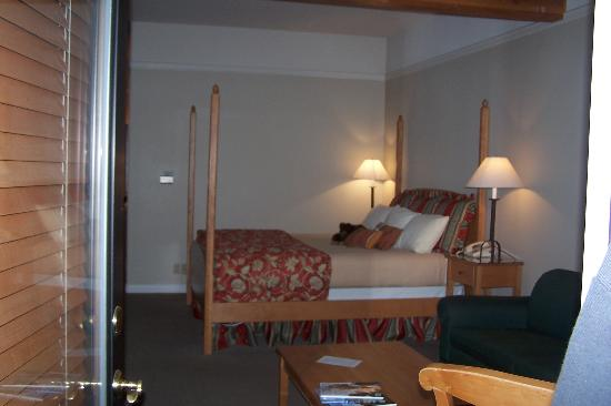 Pine Ridge Inn: Another view of room
