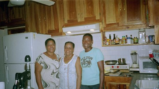Coral Cove Resort: Ms Jean, Ms Sonia, and Indiana-some of the great staff at Coral Cove