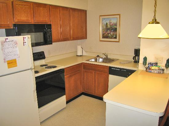 Residence Inn Boston Franklin: Room 138 complete kitchen