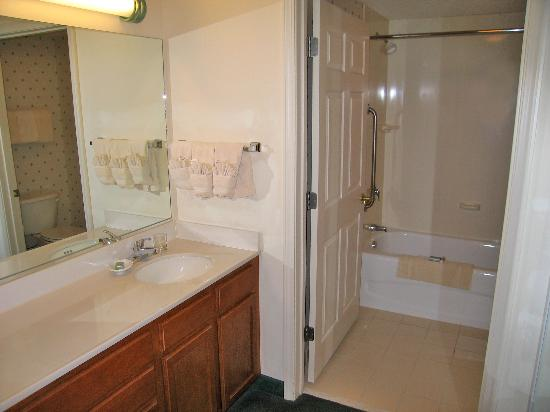 Residence Inn Boston Franklin: Room 138 vanity area and bathroom