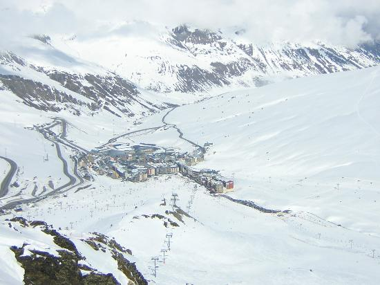 Hotel Himalaia Pas: Looking down onto Pas de las Casa from Top of Red Run