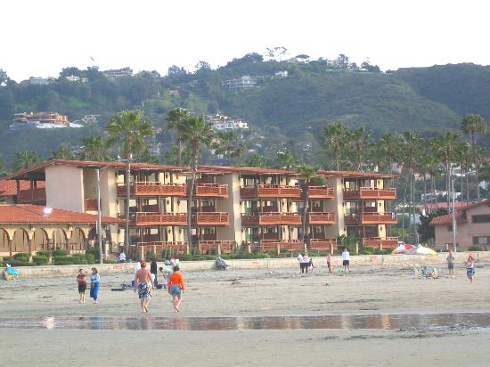 La Jolla Shores Hotel: View of Hotel from the Beach