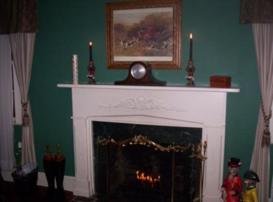 Black Horse Inn: The Fireplace in our room