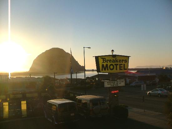 Breakers Motel: Sunset from our room over Morro Rock