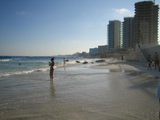 Girasol Condo Hotel: beach behind hotel... you can see a bit of contruction going on next door from the hurricane