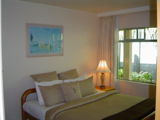 Paihia Beach Resort & Spa: Supeior Room - private bedroom