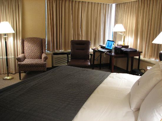 Doubletree by Hilton Philadelphia Center City: Noticeable point shape of room and king sweet dreams bed