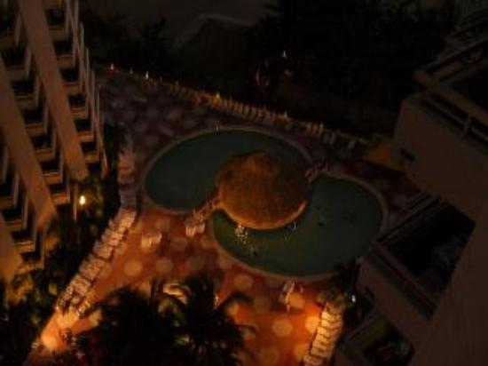 Playa Suites Acapulco: Pool Bar & Area at night