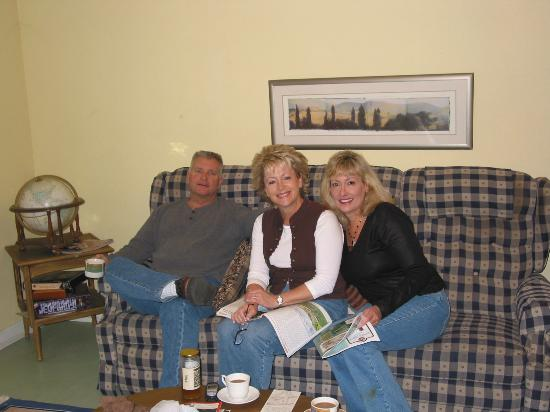 River Pines, CA: Enjoying chatting in the cabin