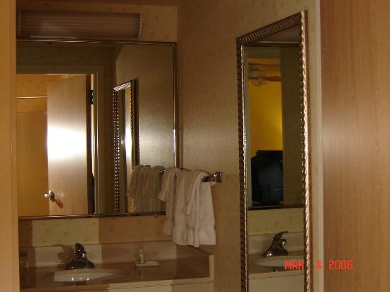 SpringHill Suites Phoenix Glendale/Peoria: The bathroom sparkled.