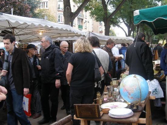 Marche aux Puces de la Porte de Vanves: On regarde ...