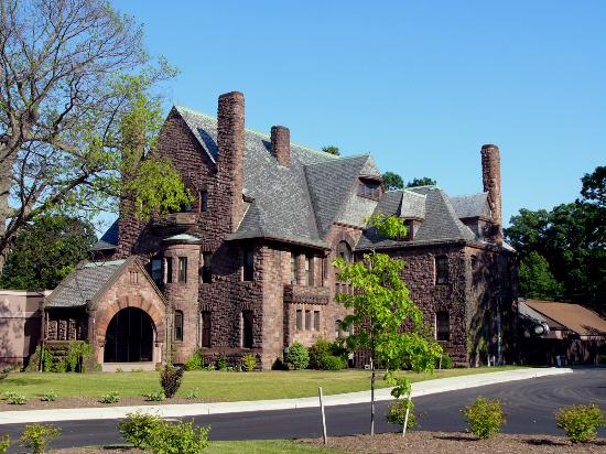 Belhurst Castle: Older portion of the castle from the parking lot