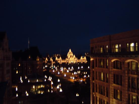 Magnolia Hotel And Spa: Nighttime view of Parliament building
