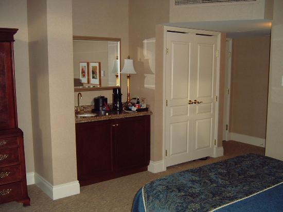Magnolia Hotel And Spa: minibar, sink, closet near the door