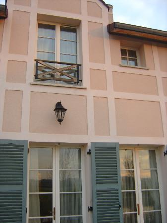 Marriott's Village d'lle-de-France: Ouside back of villa, all the windows and doors open and are breeze proof