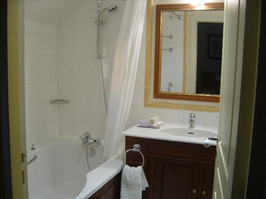 Marriott's Village d'Ile-de-France: Master bath, huge tub with showerhead, neutragena products can't spell