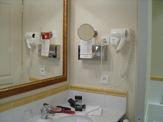 Marriott's Village d'lle-de-France: Masterbath vanity night 2 sinks plenty of room, toilette behind door