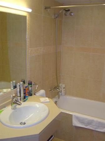 Petit Hotel: Bathroom