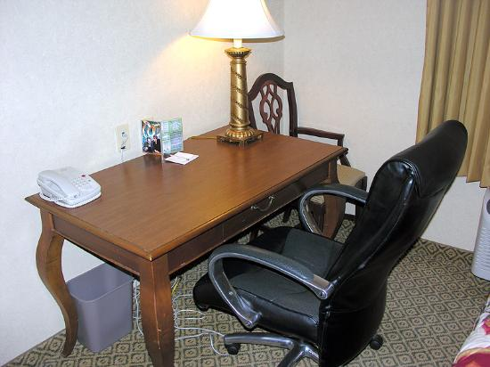 Hampton Inn & Suites Palm Desert: Work desk/chair.
