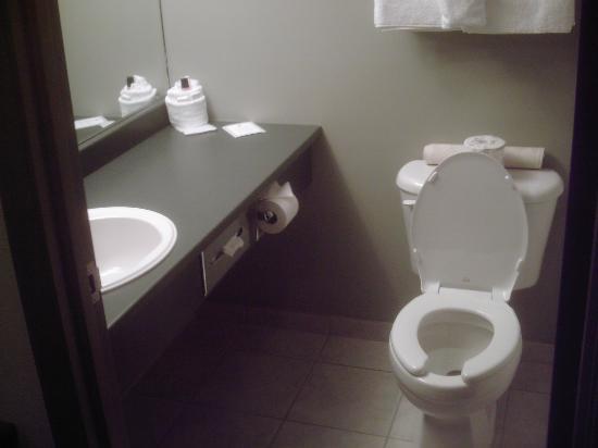 Super 8 Truro NS: Bathroom