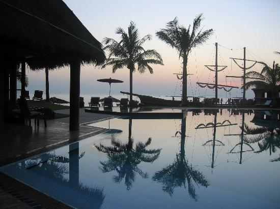 Ngwe Saung, Birma: Swimming pool of Aureum Hotel