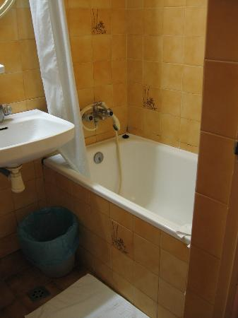 Hotel Toledano and Hostal R. Capitol: Bathroom