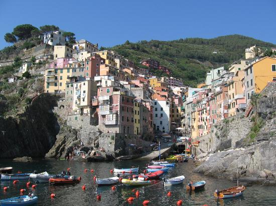 Mar Mar: Riomaggiore... the room has green shutters on the left of this picture