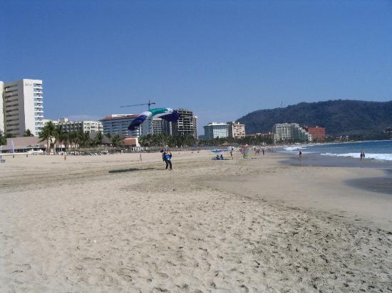 Gamma de Fiesta Inn Plaza Ixtapa: Ixtapa beach with parachutes
