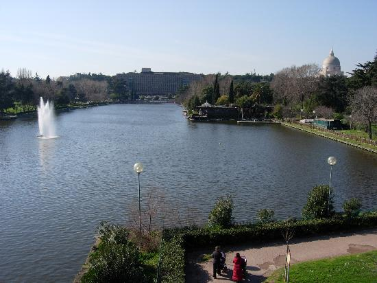 Cristoforo Colombo Hotel : Lake on the way to the metro